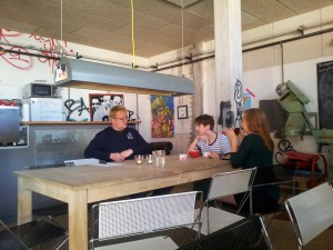 Gruppen på besøg hos Ebeltofts ungdomsråd Rampen. Foto: Christopher Trung Paulsen